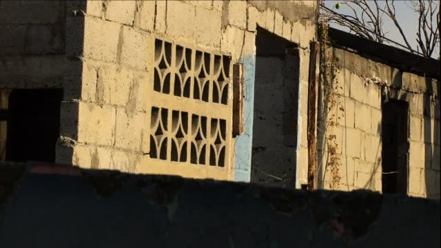 vidéos et rushes de a cinder block building features decorative vent blocks in panama. - parpaing