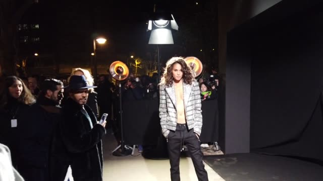 stockvideo's en b-roll-footage met cindy bruna attends the balmain show during paris fashion week menswear f/w 20192020 on january 18 2019 in paris france - herfst winter collectie