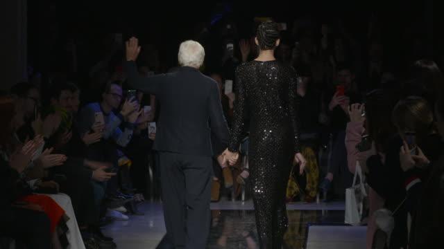 vídeos de stock, filmes e b-roll de runway cindy bruna giorgio armani at milan fashion week a/w 2019/20 giorgio armani on february 23 2019 in milan italy - giorgio armani marca de moda