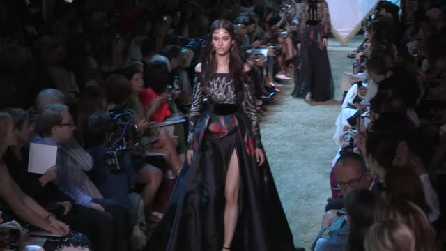 stockvideo's en b-roll-footage met cindy bruna sara sampaio their fellow models and designer elie saab on the runway for the elie saab couture fall winter 2017 fashion show in paris on... - herfst winter collectie