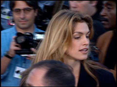 cindy crawford at the 'batman foreve'r premiere on june 9, 1995. - 1995 bildbanksvideor och videomaterial från bakom kulisserna