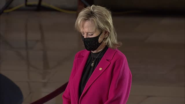 cindy hyde-smith pays respects to late capitol police officer brian sicknick who lay in honor in capitol rotunda hours before memorial service and... - 光栄点の映像素材/bロール