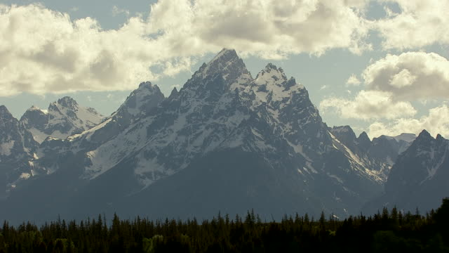 cineflex tetons 06 - grand teton stock-videos und b-roll-filmmaterial