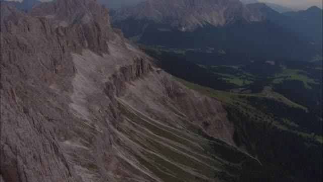 vídeos de stock, filmes e b-roll de cineflex v14, fly over alps - padrão natural