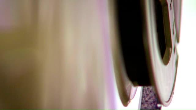 stockvideo's en b-roll-footage met hd: cinema reel - filmprojector