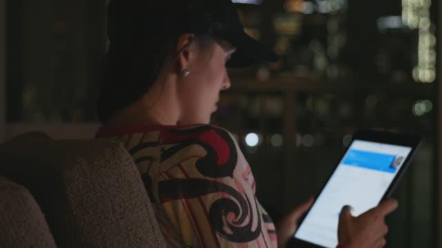vídeos de stock, filmes e b-roll de cinemagraph - mulher jovem e bonita usando tablet digital em casa - página da web