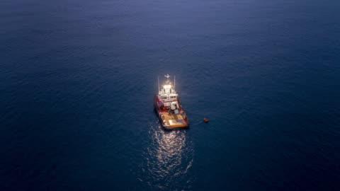 vídeos de stock, filmes e b-roll de cinemagraph barco sozinho - pescaria