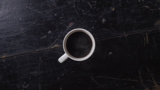 vídeos de stock e filmes b-roll de cinemagraph of a cup of fresh hot coffee - no alto