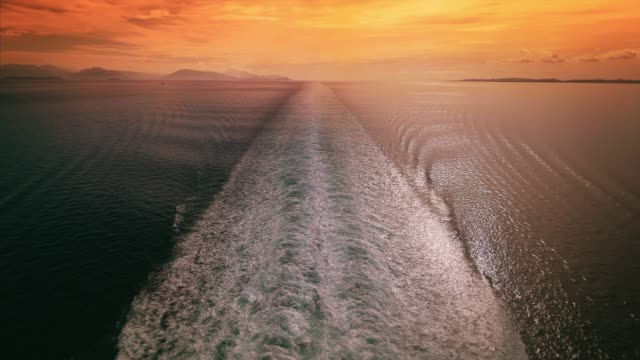 cinemagraph of cruise ship wake in the mediterranean sea at sunset, seamless loop - 航跡点の映像素材/bロール
