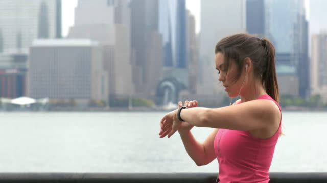vídeos de stock e filmes b-roll de cinemagraph of healthy lifestyle young woman running in new york city - nova jersey