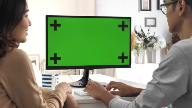 緑色の画面でコンピューターを使用して 2 つの cinemagraph の人 - レプリカ点の映像素材/bロール