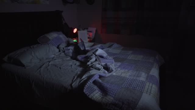 vídeos de stock, filmes e b-roll de cinemagrafo pronto filmagens dentro do quarto à noite. - quarto de dormir