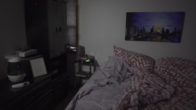 vídeos de stock, filmes e b-roll de cinemagrafa imagens prontas dentro do quarto à noite com relógio e moldura - quarto de dormir