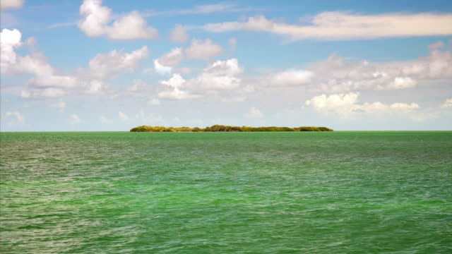 vídeos de stock e filmes b-roll de cinemagraph seamless loop of a tropical island surrounded by a turquoise ocean in the florida keys - ilha