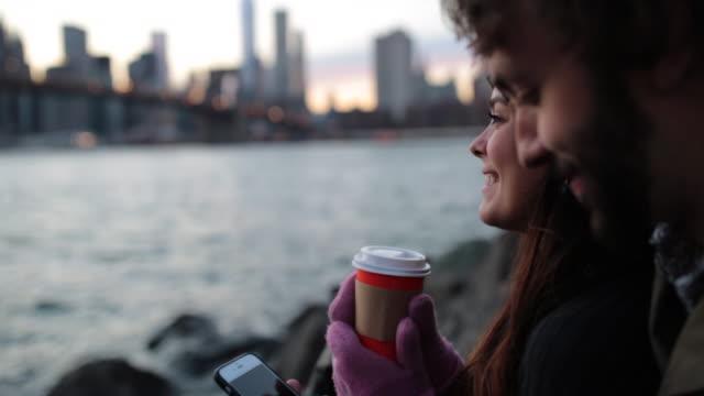 cinemagraph、若いカップルはブルックリン ブリッジ、ニューヨークで楽しむサンセット - シネマグラフ点の映像素材/bロール