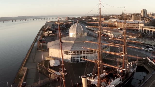 cinematic aerial shot of the discovery ship in dundee in which captain scott sailed to the antarctic - スコットランド ダンディー点の映像素材/bロール