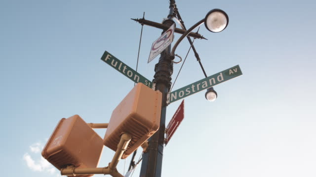 vidéos et rushes de cinematic dolly shot of brooklyn's fulton street. - poteau d'appui