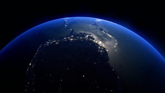 vídeos de stock, filmes e b-roll de terra rotativa realística cinematográfica da noite no espaço - imagem de satélite