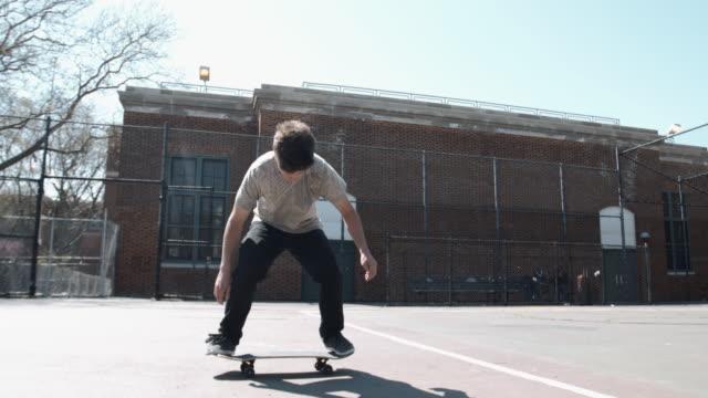 vídeos y material grabado en eventos de stock de a cinematic shot of a skateboarding crashing at a brooklyn, nyc skatepark - truco