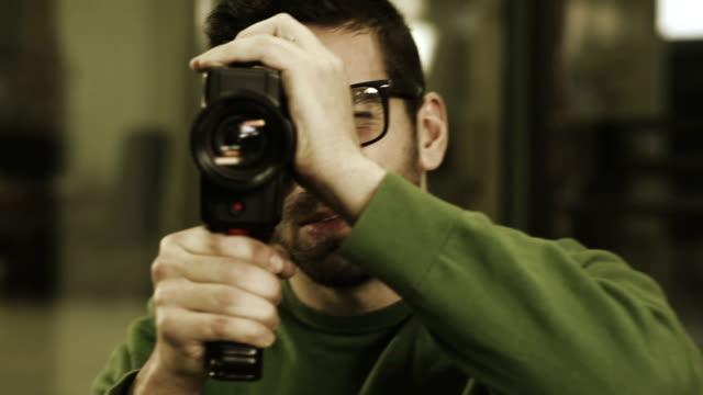 cineoperatore filmare giovane donna - film director video stock e b–roll
