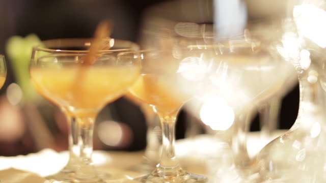 stockvideo's en b-roll-footage met cinnamon cocktails - martiniglas