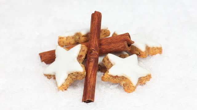 cinnamon sticks and star cookies turning - textfreiraum stock videos & royalty-free footage