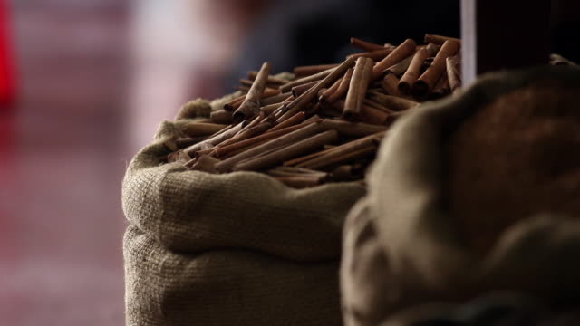 cinnamon sticks in a sackcloth bag in a market in india - 麻袋点の映像素材/bロール