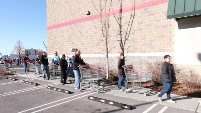 vídeos de stock, filmes e b-roll de circa - - orem, utah - long line around grocery store during coronavirus outbreak as people wait to get supplies. - orem