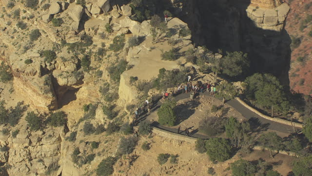 stockvideo's en b-roll-footage met ms aerial circle around moran point outlook with tourists overlooking grand canyon from south / arizona, united states - southwest usa