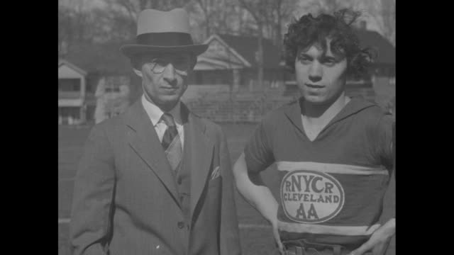 vídeos de stock, filmes e b-roll de circle on athlete stella walsh's jersey rnycrcleveland aa / a man with a stopwatch tells her the speed of her runs she starts a sprint / the lower... - hermafrodita