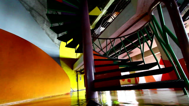 サークル階段でのショッピングモール - 方向標識点の映像素材/bロール
