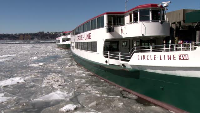 vídeos y material grabado en eventos de stock de circleline tour boat docked on an ice covered hudson river at pier 83 on 12th avenue manhattan no - pasear en coche sin destino