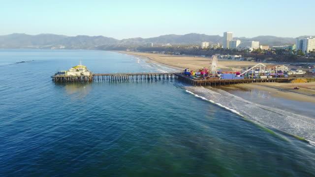 circling aerial santa monica pier - 観覧車点の映像素材/bロール