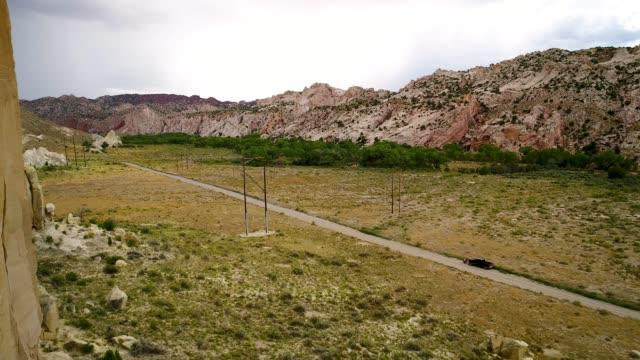 vídeos de stock, filmes e b-roll de circulando ao redor os monólitos de crista - cottonwood canyon