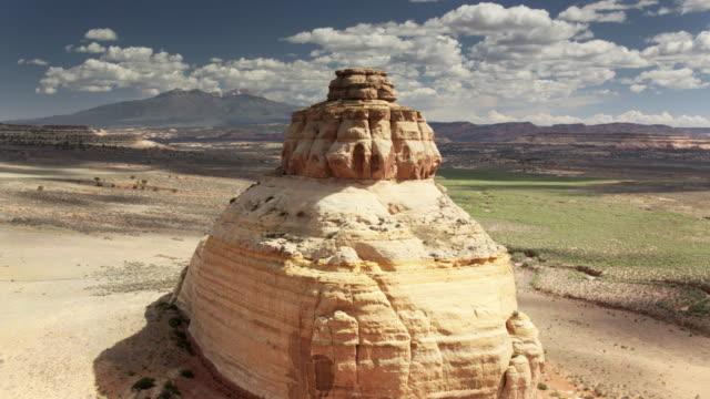 旋回教会岩、ユタ州 - ドローン ショット - キャニオンランズ国立公園点の映像素材/bロール