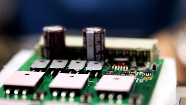 vídeos de stock e filmes b-roll de placa de circuito-plano aproximado - silício