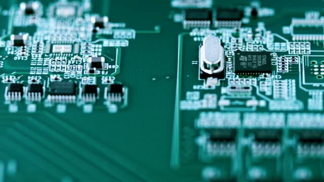 vídeos de stock e filmes b-roll de placa de circuito plano aproximado - silício