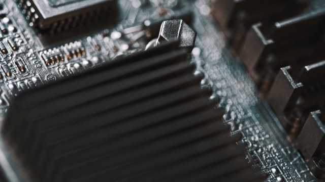 回路基板電子要素クローズアップ。ドリーショット - 半導体点の映像素材/bロール