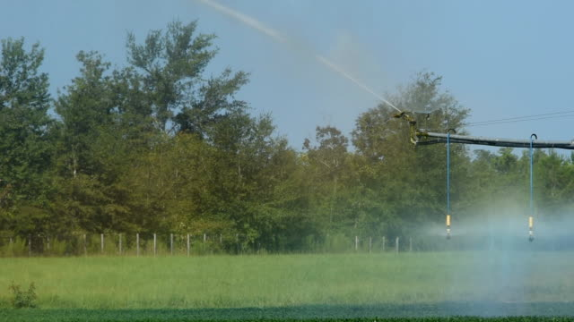 circular irrigation end sprinkler in motion, with rainbow colors from refracting light - aquifer stock videos & royalty-free footage