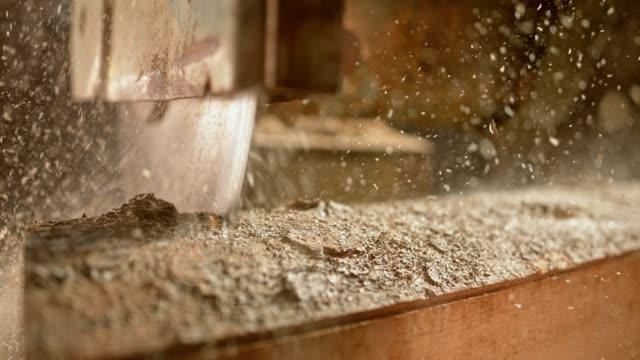 vídeos de stock e filmes b-roll de slo mo circular saw blade cutting through log - madeira material
