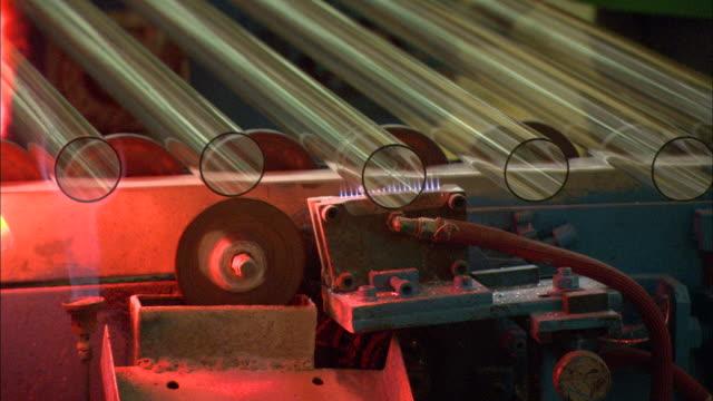 vidéos et rushes de cu circular saw blade cutting tips off of glass tubes on  conveyor belt at himin solar energy group factory, dezhou, shandong, china - groupe moyen d'objets
