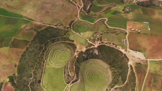 vídeos de stock e filmes b-roll de circular terraces at moray / cusco region, peru - cultura sul americana