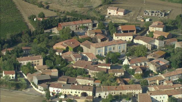 vídeos de stock, filmes e b-roll de zo, aerial, circular village near carcassonne, languedoc-roussillon, france - carcassonne