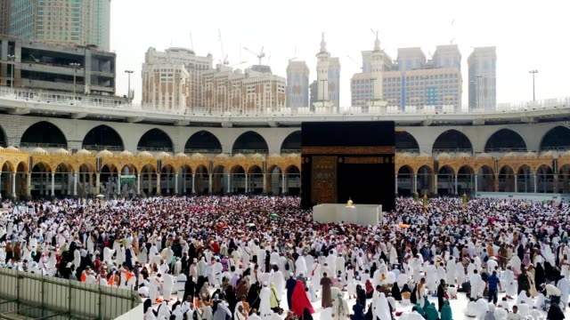 circumambulation (tawaf) around the kabah (al haram mosque) is carried out or in progress - 朝聖者 個影片檔及 b 捲影像