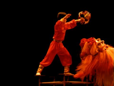 vídeos y material grabado en eventos de stock de circus performer taunts chinese dragon with golden ball, china - dragon chino