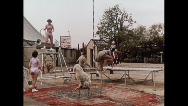 stockvideo's en b-roll-footage met montage circus performers training in united kingdom - acrobaat