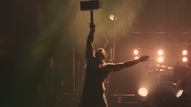 vidéos et rushes de a circus strong man juggles a giant hammer during a circus show - théâtre burlesque