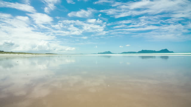 t/l, ws, cirrus clouds above uretiti beach, whangarei, new zealand - horizont stock-videos und b-roll-filmmaterial