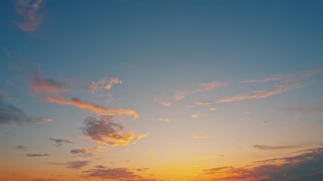 vídeos y material grabado en eventos de stock de escena de puesta de sol de ls cirrus - cincuenta segundos o más