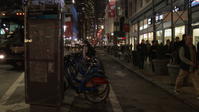 vídeos y material grabado en eventos de stock de citi bike - bicycle sharing program nyc - herald square